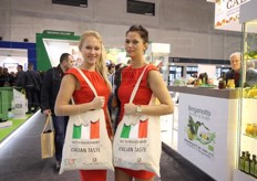 'The extraordinary italian tasta' recita la borsa di queste due belle figuranti in giro per Fruit Logistica per promuovere l'Italia.